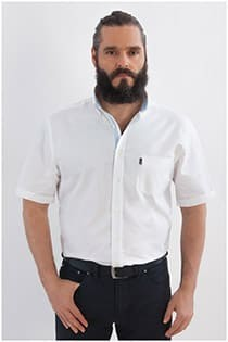 Uni Oberhemd mit kurzen Ärmeln von Plus Man.